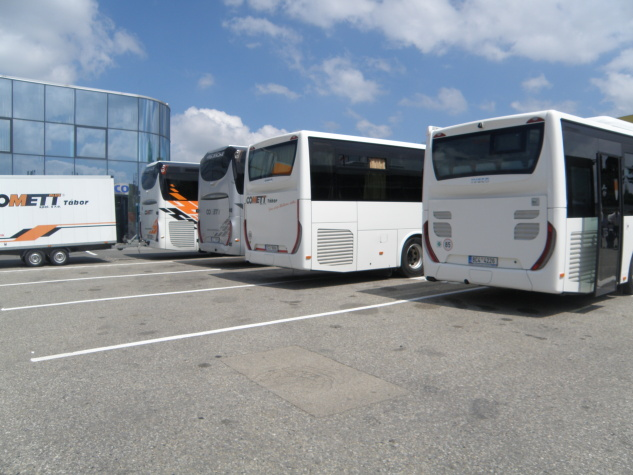 pohled zezadu na vozidla Iveco Magelys, Crossway PRO a Crossway LE City NP
